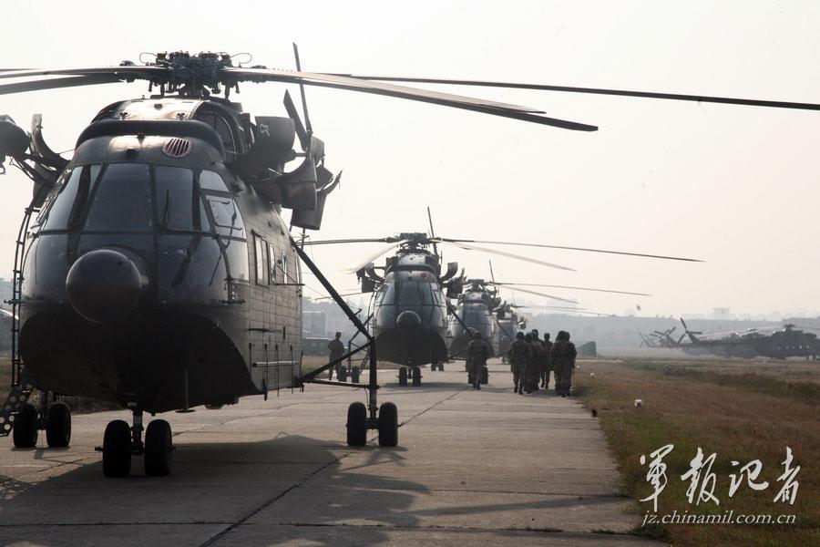 南京军区某陆航团编队飞行训练掠影