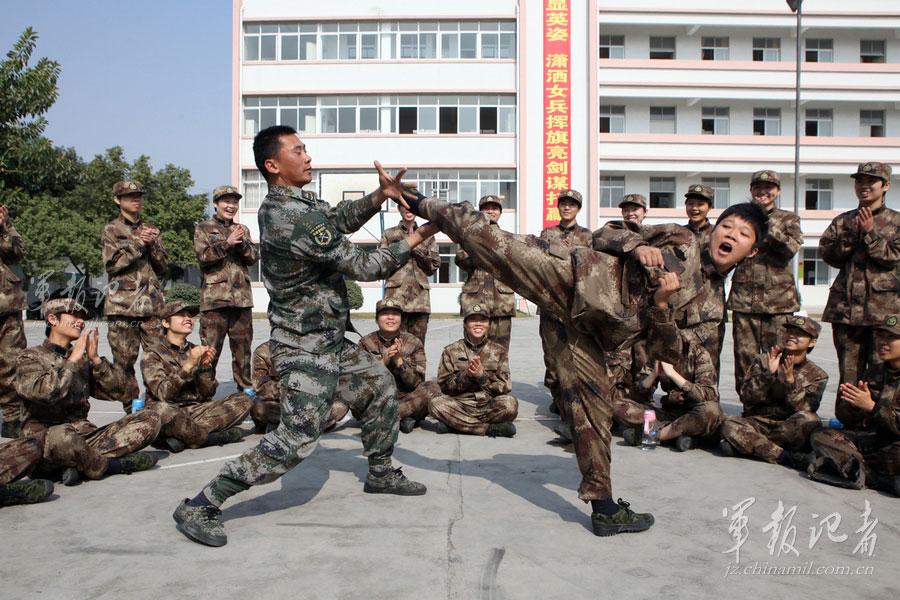 新兵绝技多 驻港女兵能文能武 中新网