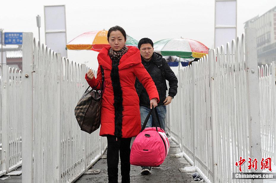 高峰/西安20日傍晚开始的雨雪天气,让人们感受到了浓浓的节日气氛。