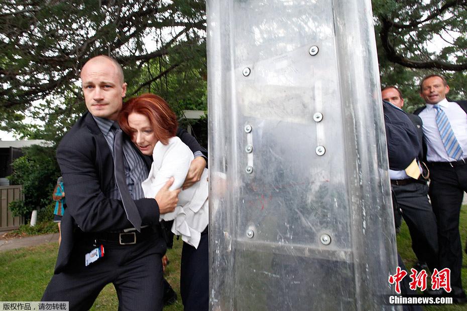 澳大利亚女总理国庆日遭抗议者围困 惊慌跑丢鞋