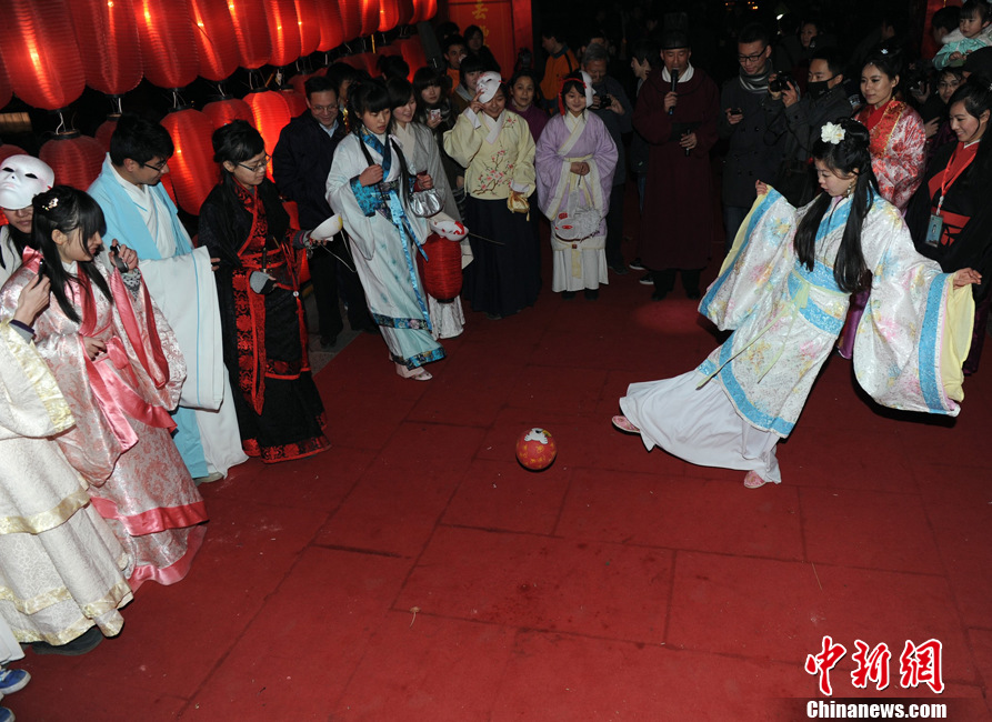 """中国汉服爱好者齐聚西安 元宵庙会玩""""穿越"""""""