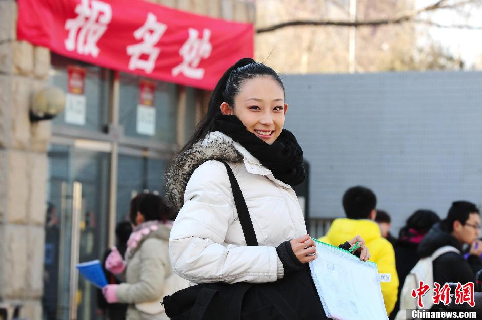 北京电影学院报名首日 帅哥美女云集校园 中新