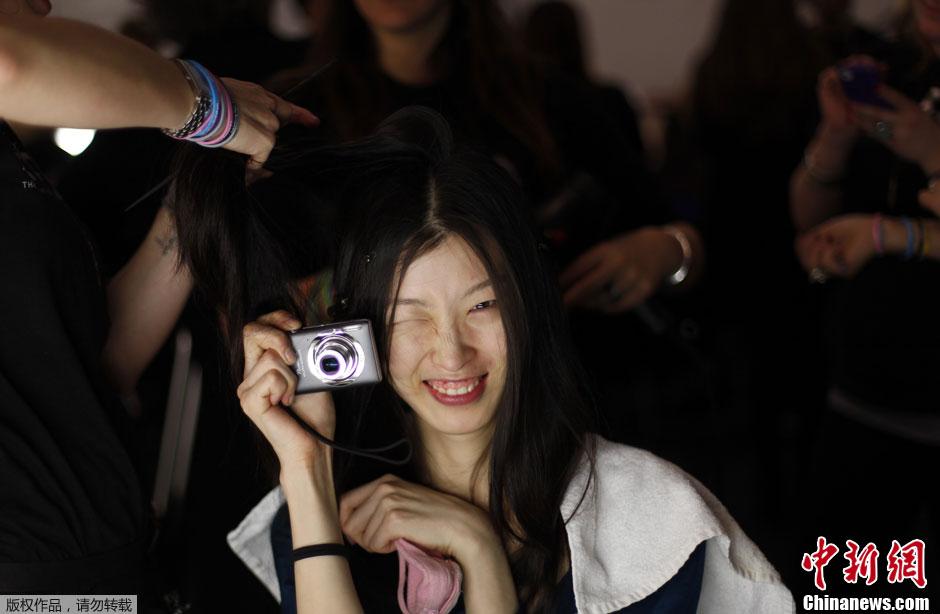 纽约时装周后台探秘 喜欢拍照的女模特