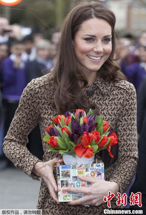 英凯特王妃参观小学 手捧学生赠送的礼物