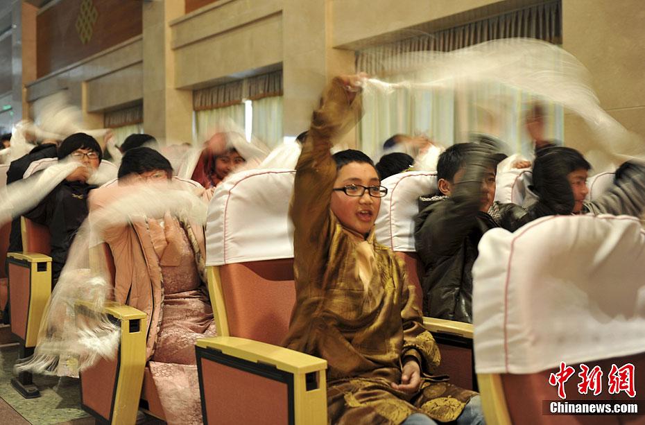 济南/2月22日,济南西藏中学600余名藏族学生与济南11所中学的部分...