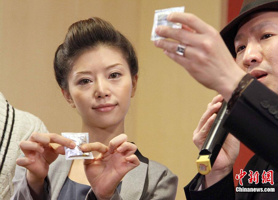 日本前女优红音萤防艾 展示安全套正确使