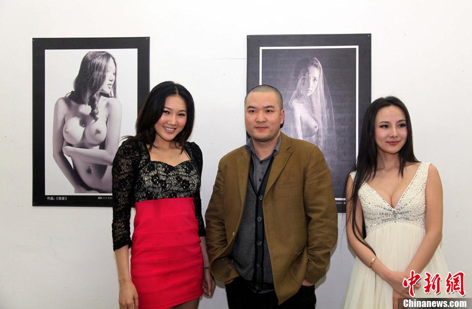 第一裸模干露露人体艺术摄影展现场秀写真