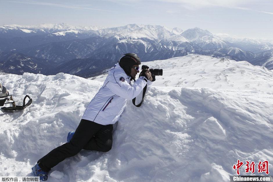 梅德韦杰夫滑雪摄影两不误