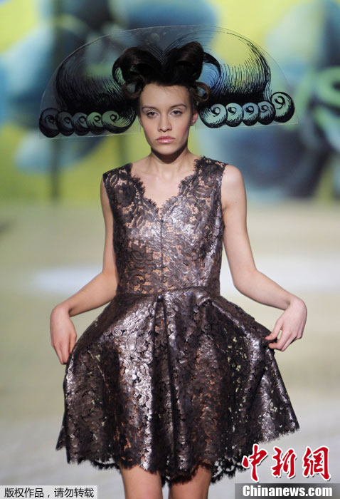 乌克兰时装周奇异头饰造型 尽显古典格调图片