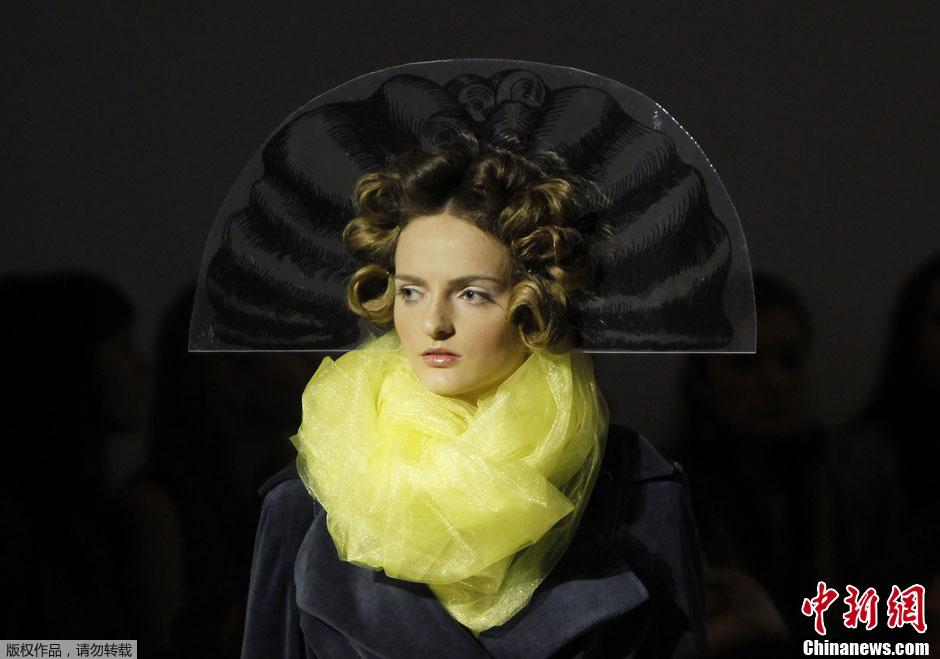 乌克兰时装周奇异头饰造型 尽显古典格调