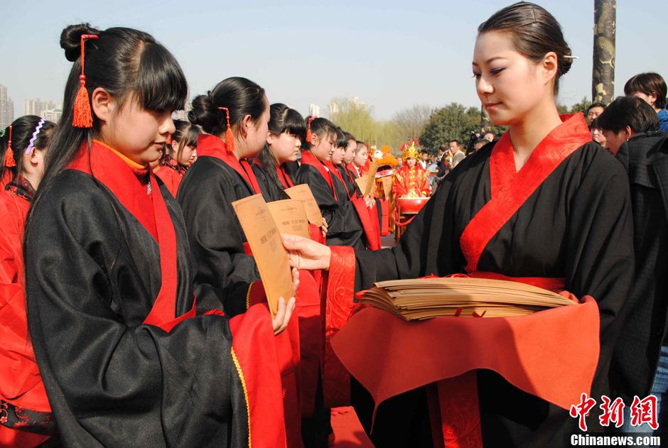 """西安千名女子""""上巳节""""共行""""笄礼"""""""