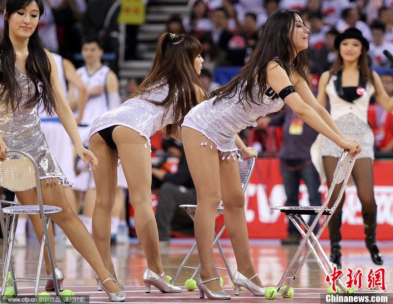 CBA总决赛 啦啦队齐臀短裙热舞助阵 中新网