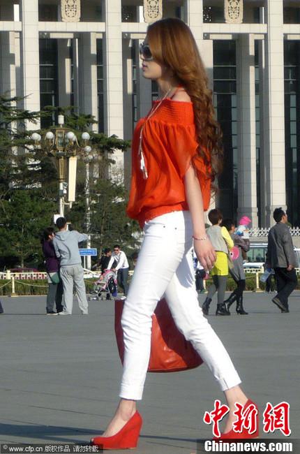 北京气温创新高 街头美女短裙夏装上阵 中新网 竖