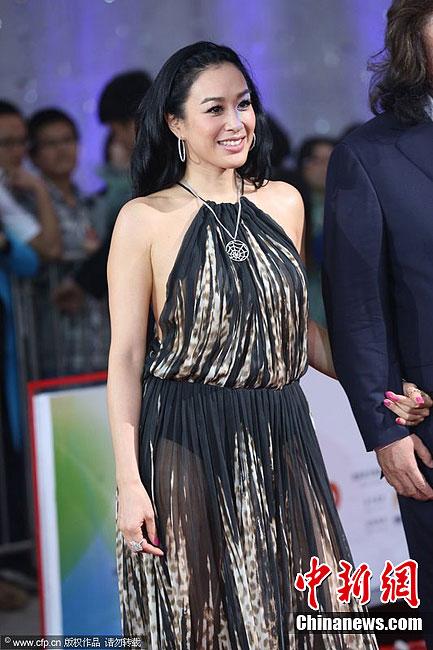 钟丽缇/4月23日讯,北京,第二届北京国际电影节开幕。钟丽缇系带长裙...