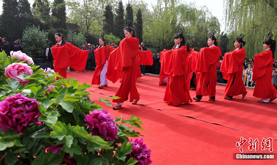 河北柏乡祭祀汉牡丹 古装美女载歌载舞 中新网