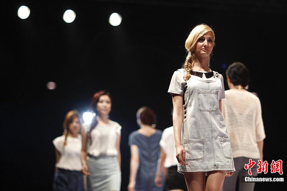 5月4日,模特在T台上展示设计师杨礼设计的时装。当日,2012中国(青岛)国际时装周在青岛开幕,为期五天的时装周将有中外知名设计师及服装品牌为观众献上24场时尚发布会及4项专业大赛。已经举办了11年的中国(青岛)国际时装周是山东省创办较早的、持续时间较长的文化创意活动。中新社发 盛佳鹏 摄