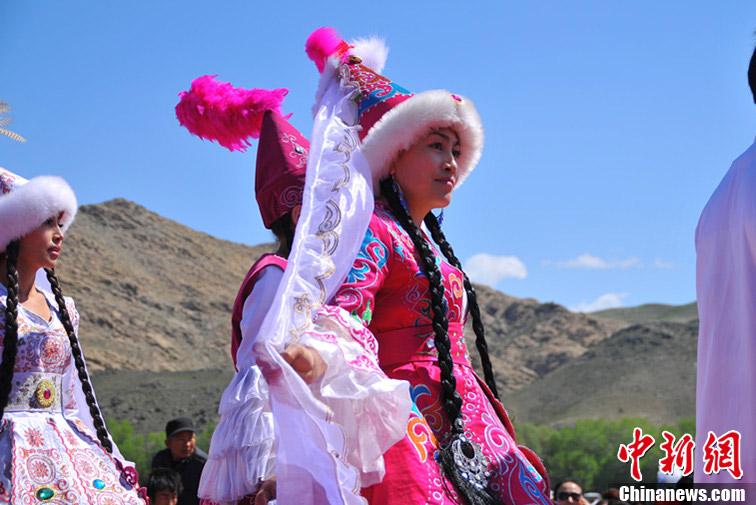 当地的少数民族姑娘身穿本民族传统服饰,盛装出席开幕式.马新龙 图片