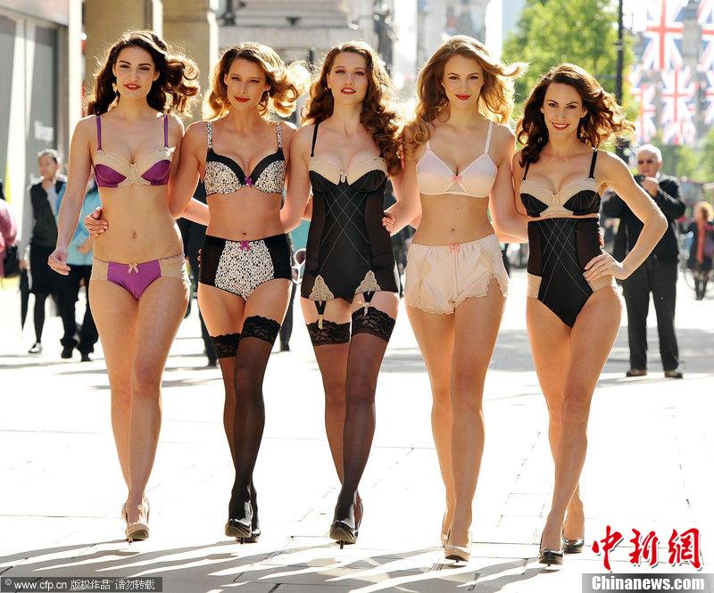 伦敦金发美女街头演绎复古内衣 中新网