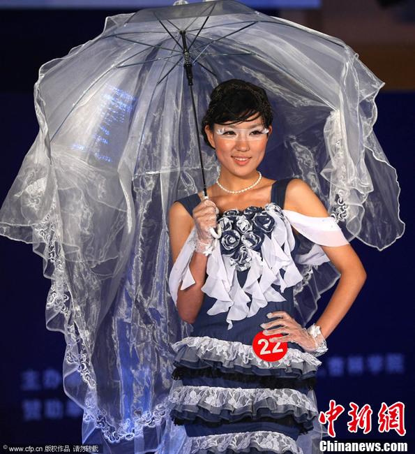 江苏大学生上演时装秀 各色设计极尽想象