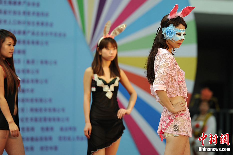 """西安/6月6日,""""2012中国西安生殖健康暨性文化艺术博览会""""于西安..."""