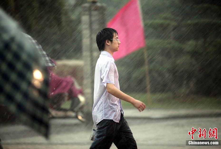 男生伤感在雨中淋雨的头像