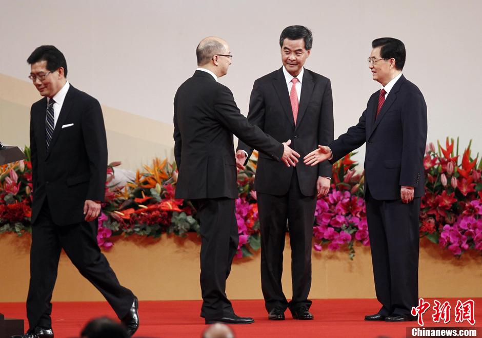 胡锦涛与香港特别行政区官员握手 ( 7 / 9 )