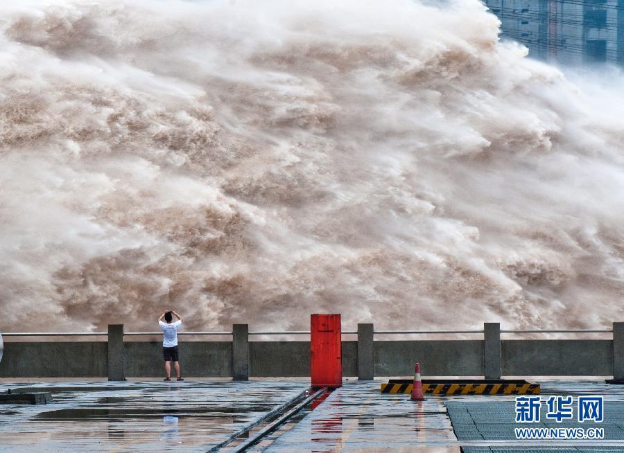 三峽樞紐繼續開閘泄洪