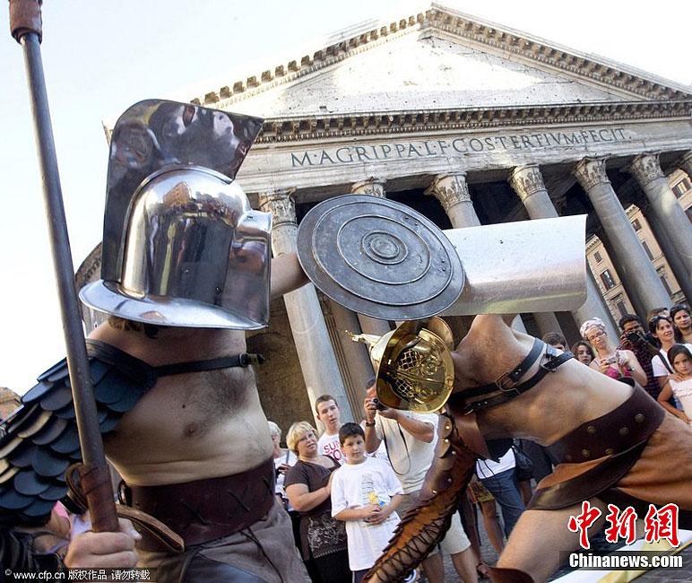 古罗马/当地时间7月7日,意大利罗马,特技演员在科洛塞竞技场重现角...