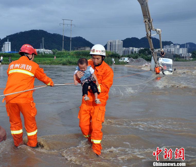 贵州都匀货车被卷入洪水 一家三口被困车顶