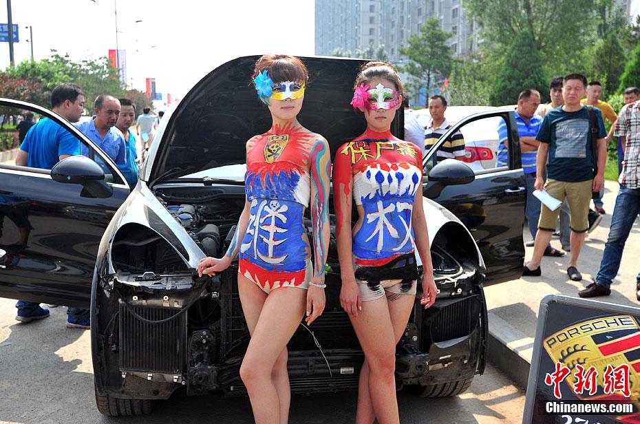 车主称保时捷刹车失灵 街头表演人体彩绘艺术维权 中新网