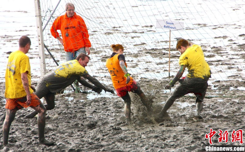 德国举行趣味泥地比赛 踢足球滑雪橇花样多