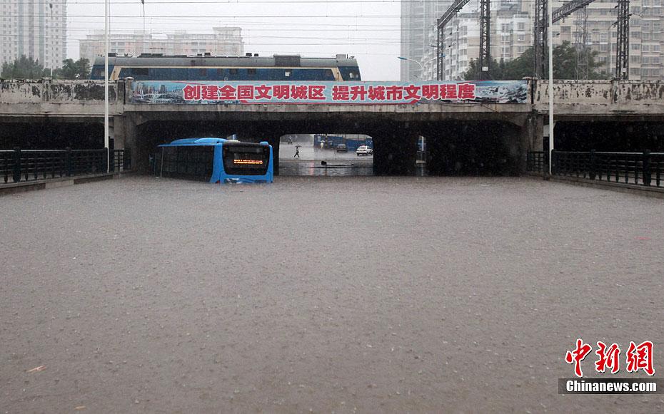 大雨袭津城 局部地区水深超2米