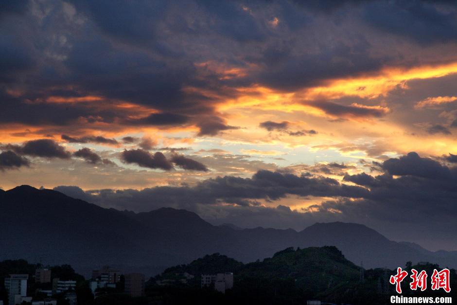 """月30日傍晚,台风""""苏拉""""逼近台湾,福州霞光满天.气象部门监"""