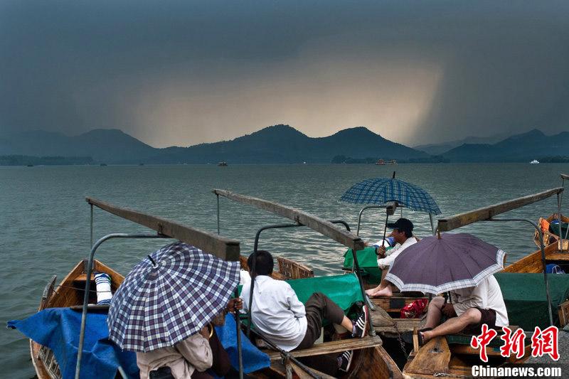 杭州/杭州现局部雷阵雨天气天空如破大洞