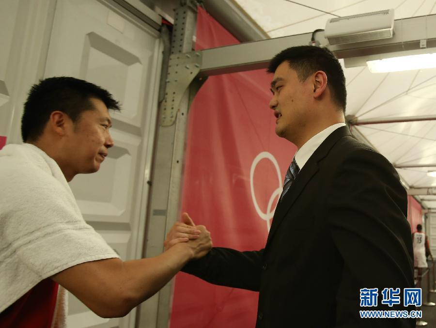 奥运男篮小组赛后 姚明看望大郅 - 人在上海  - 中華日报Chinadaily