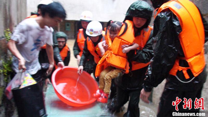 """景德镇/受台风""""海葵""""影响,江西东北部遭遇强降雨袭击。"""