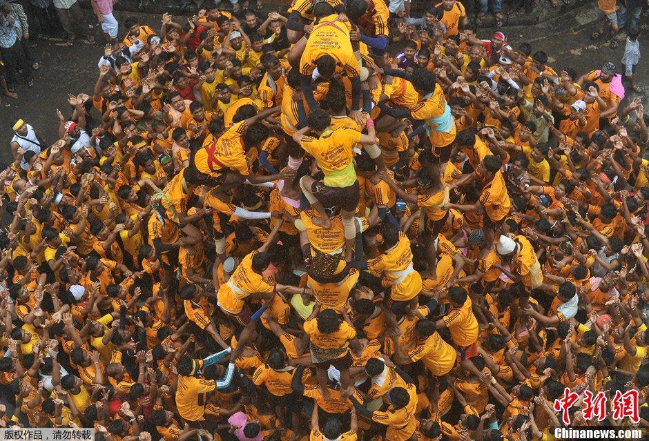 印度孟买众人齐聚组人体金字塔