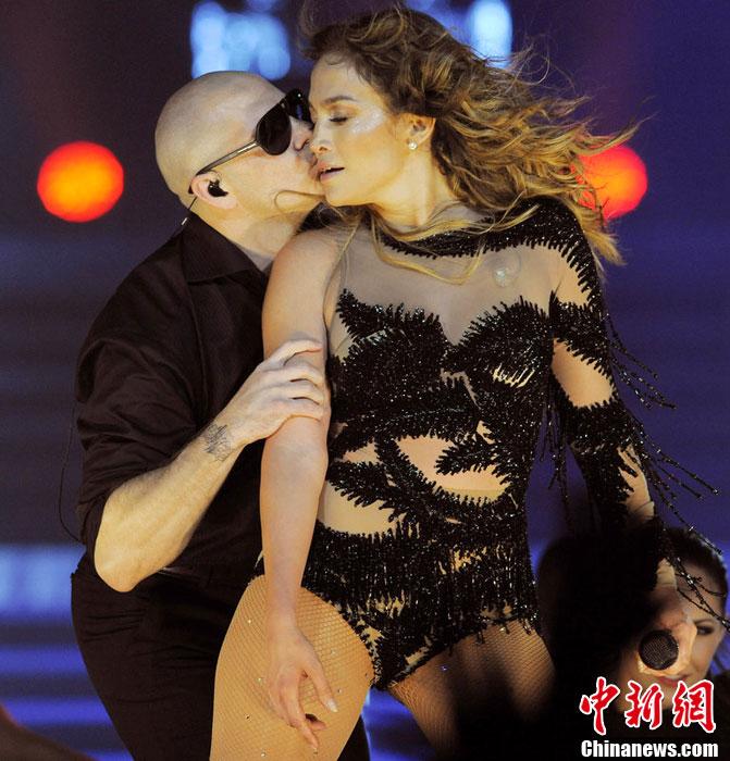 詹妮弗·洛佩兹加州性感开唱 与舞者亲密热舞