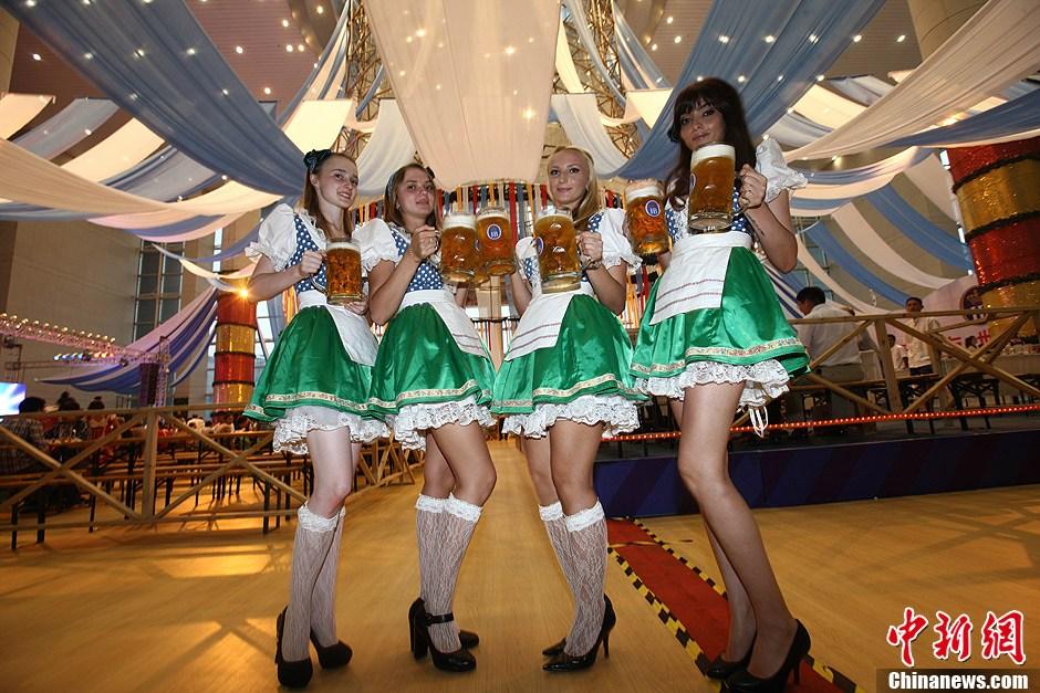 """德国""""酒娘""""靓丽助阵青岛国际啤酒节 (2/6)"""