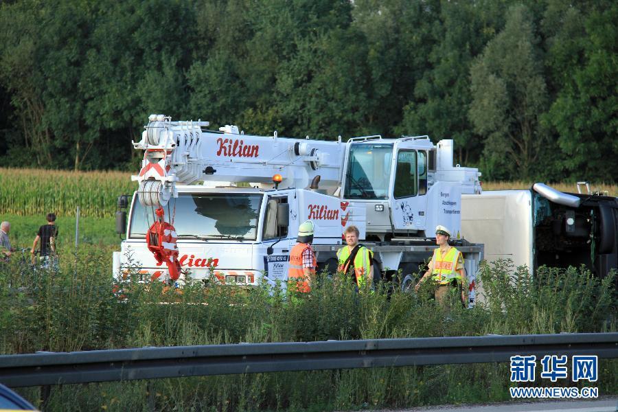 辛附近的92号公路旁,救援人员在交通事故现场工作.德国南部城市