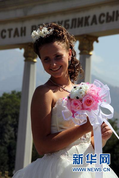 哈萨克斯坦举行 新娘婚纱秀图片