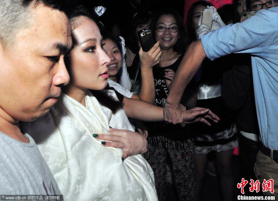 温岚福州夜店俯身热舞露乳沟 为男友不拍吻戏