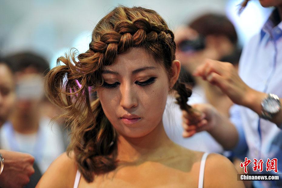 活动现场,各参展商纷纷请来国内知名发型设计师进行现场创作,秀出拿手