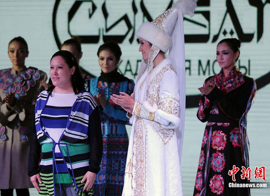 9月8日,首届亚欧丝绸之路服装节正在乌鲁木齐如火如荼进行当中,当天哈萨克斯坦服装设计师BALNUR ASSANOVA作品在亚欧时装周秀场正式发布。据介绍,本届服装节重头戏亚欧时装周将有20多场发布会,其中包括新疆本土服装品牌发布12场、海外服装发布4场等。刘新 摄