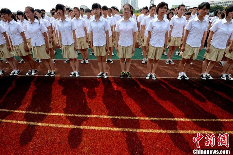 湖北高校女生着短袖裙裤参加军训 中新网