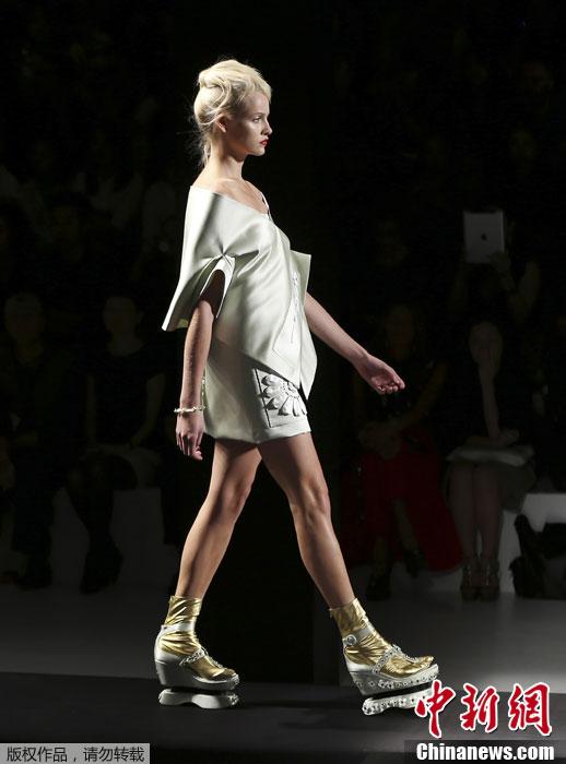 """模特T台走秀展示创意""""增高鞋"""".-米兰时装周 创意 增高鞋 靓丽登场图片"""