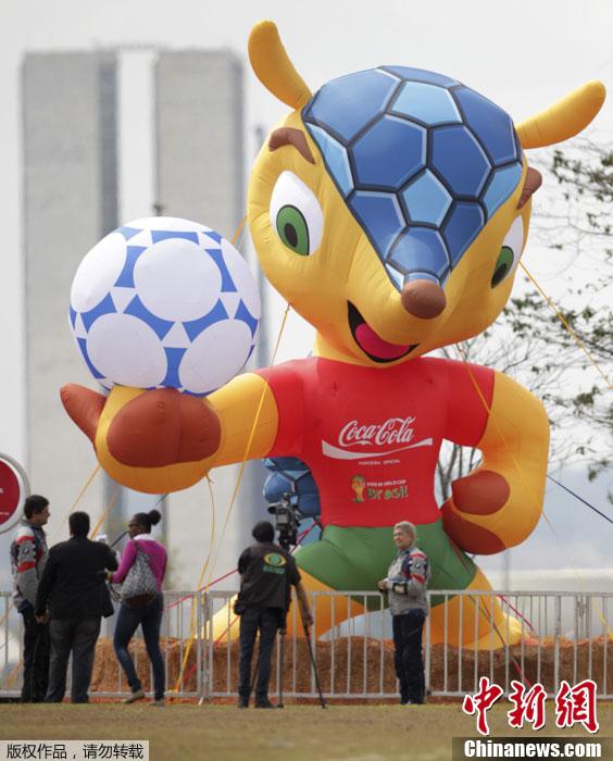 ,2014巴西足球世界杯吉祥物三色犰狳亮相巴西首都巴西利亚街头.
