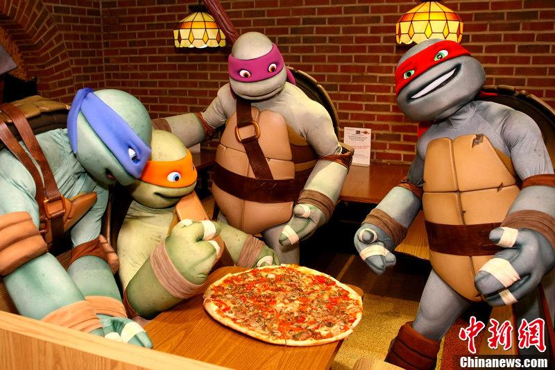 忍者神龟纽约街头为新剧宣传 造访披萨店试吃