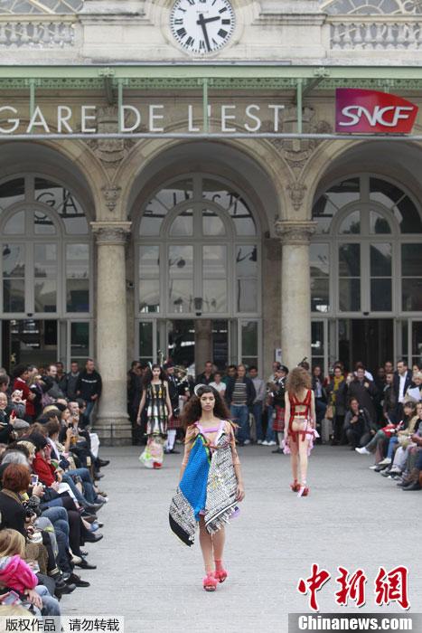 巴黎时装周品牌秀场 创意皇冠亮相T台图片
