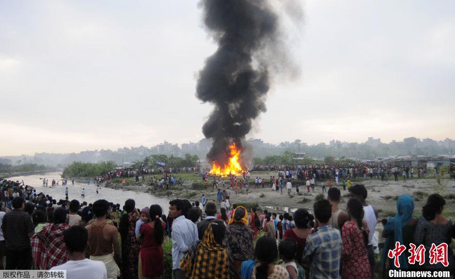 当地时间9月28日,尼泊尔首都加德满都,西塔航空公司一架载有22人的飞机在特里布万国际机场起飞后不久坠毁,16名乘客和3名机组人员遇难,另外3人重伤。尼泊尔警方宣布,有5名中国人在空难中遇难。图为飞机起火坠毁后冒出滚滚浓烟。